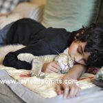 un chat et un enfant en sieste